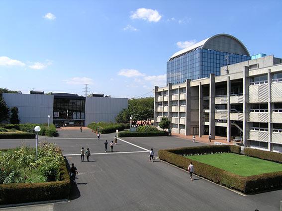 在学中(2004年)の大学。左に見える図書館はリニューアルされてもうない。